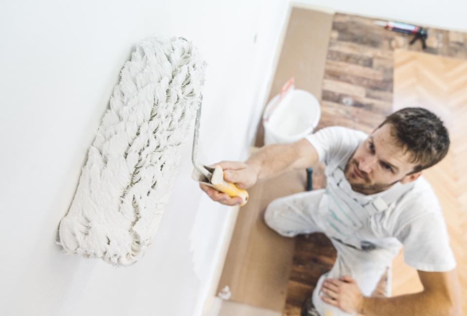 Malowanie ściany wałkiem biała farba