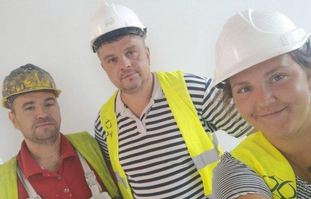 malowanie ściany wałkiem szara farba